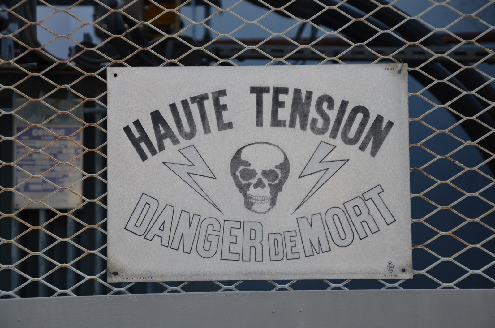 Panneaux Haute Tension sur le Terrain
