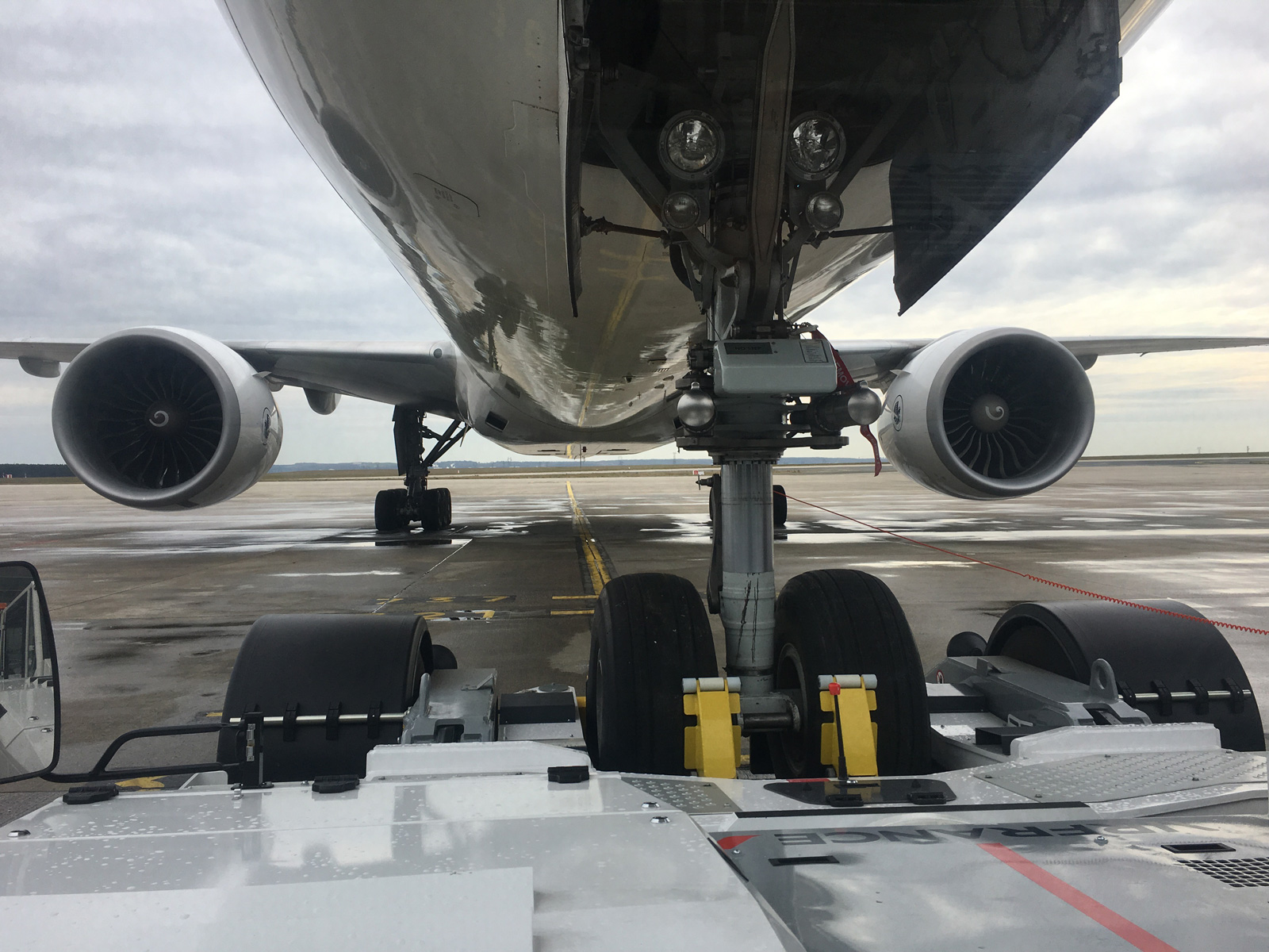 photo de tarmac sous un avion