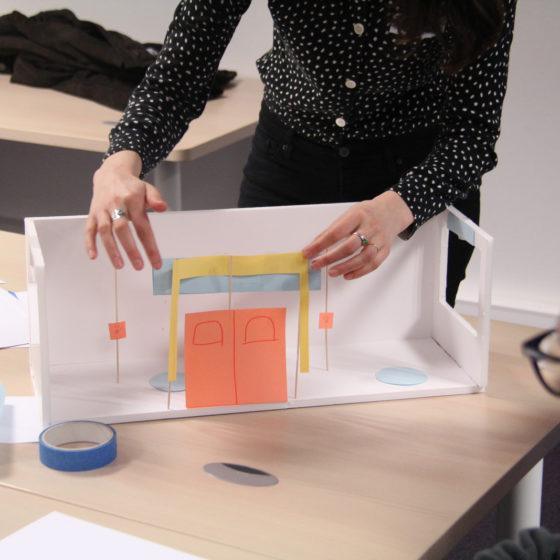 atelier RATP avec des maquettes de bus papier